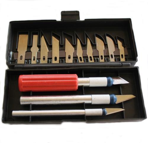 1 verschließbare Box mit 3 Cutter und 13 Cutter Klingen mit Magnetleiste