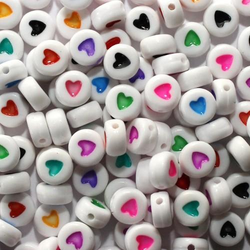 Buchstaben Perlen rund flach Acryl weiß mit buntem Herz 7x4mm mix 100Stk.